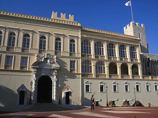 Le palais de Monaco, sur le rocher de Monaco, haut de 60 mètres ...