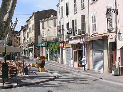 Rues et maisons au luc en provence for Cash piscine le luc
